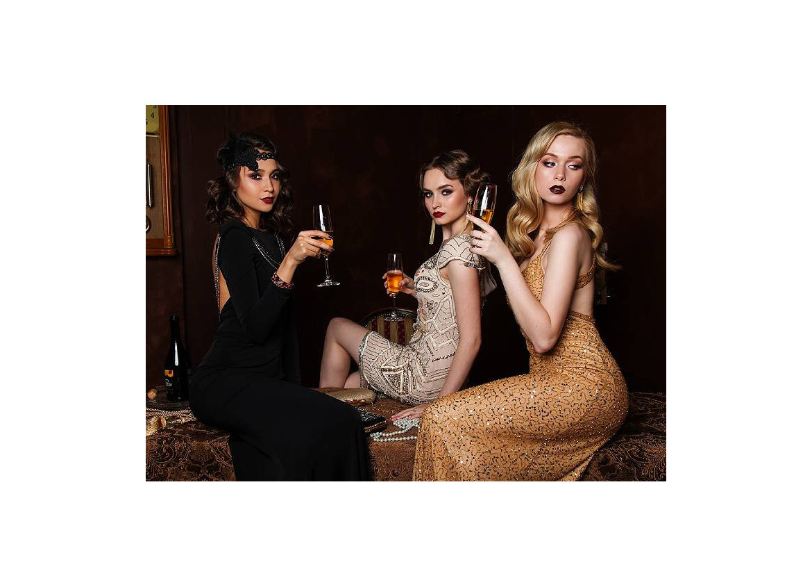 How to dress for a cocktail event?